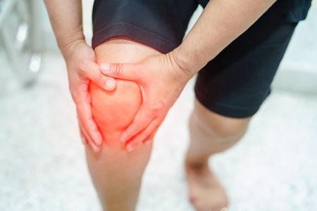 a bal térdízület fájdalma duzzadt térdinjekció kezelés artrózisa