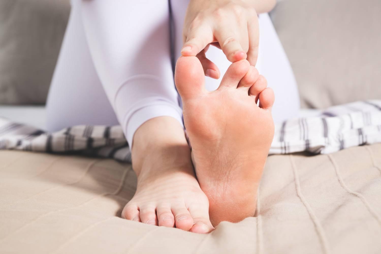 fájó fájdalom a lábujjak ízületeiben