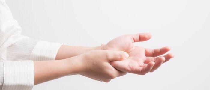 a könyök ízületének rándulása hogyan kell kezelni kenőcsök ujj-artrózis kezelésére